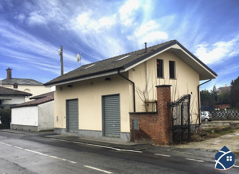 Casa indipendente con cortile chisone immobiliare for Piani casa ranch con 3 box auto